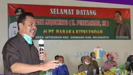 Bupati Mojokerto Pungkasiadi dalam kunjungannya ke PT. Haraka Kitri Indah di Kecamatan Gondang (Foto: Humas Kab. Mojokerto)