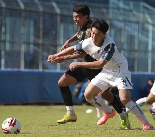 Dedik Setiawan (hitam) saat berebut bola saat ujicoba dengan pemain Arema FC U-20 (official Arema FC)