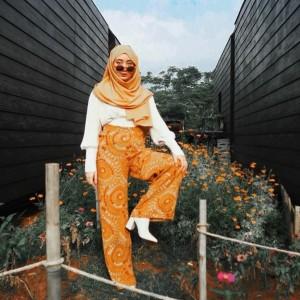 Batik Tak Selalu Formal, Vintage Look ala Tengku Syaira Ini Cocok Banget Buat Hangout