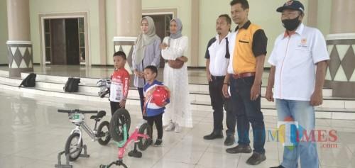 Kelvin Ibnu Putra (paling kiri) saat dilepas oleh ketua KONI Jember untuk bertanding Pushbike di Kota Malang (foto : Moh. Ali Makrus / Jatim TIMES)