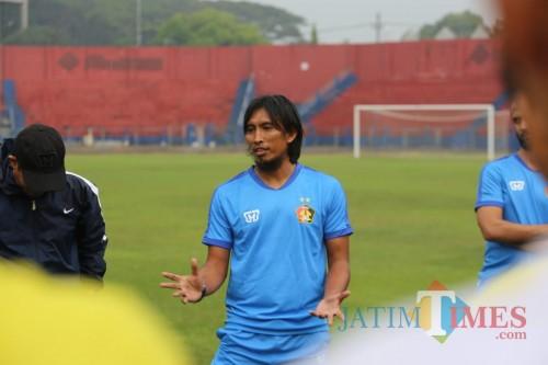 Pelatih Persik Kediri Budi Sudarsono saat menggelar sesi latihan di stadion Brawijaya. (ist)