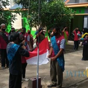 Membanggakan, Berselendang Batik Ikon Blitar, Puluhan Difabel Gelar Upacara Agustusan