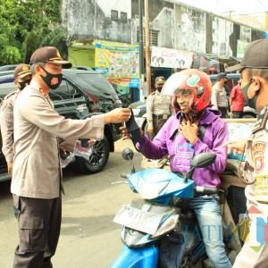 Gugah Kesadaran Pedagang Patuhi Protokol Kesehatan, Kapolres Jember Bagikan Masker