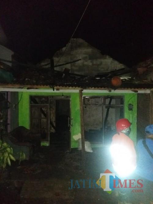 Kondisi rumah yang terbakar dan menelan seorang korban sesaat setelah berhasil dipadamkan oleh petugas pemadam kebakaran Kabupaten Malang (Foto : Istimewa)