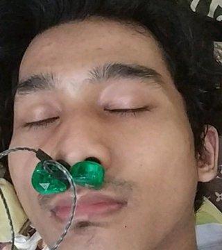 Pasang earphone di hidung (Foto: Twitter @txtdarionlshop)
