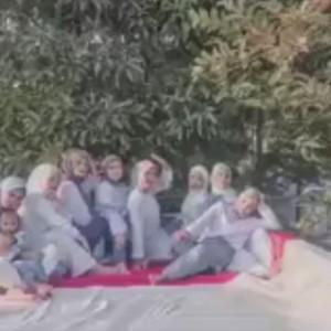Viral! 8 Wanita Cantik Berjilbab Main TikTok Injak Bendera Merah Putih