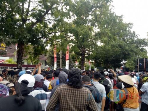 Ratusan massa yang menggelar aksi di depan Kantor BPN Lumajang (Foto : Moch. R. Abdul Fatah / Jatim TIMES)