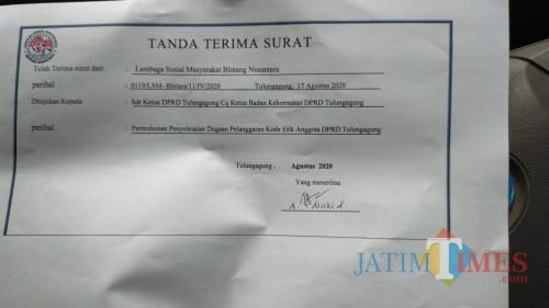 Sampul Surat ke BK DPRD Kabupaten Tulungagung oleh LSM Bintara / Foto : Anang Basso / Tulungagung TIMES