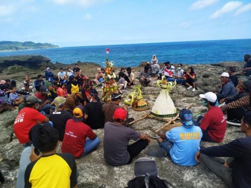 Masyarakat nelayan dan Pokdarwis Kedungtumpang menggelar ritual labuh laut Larung Sembonyo. / Foto : Anang Basso / Tulungagung TIMES