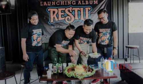 OM Wawes Memotong Tumpeng Saat Peluncuran Album Perdana