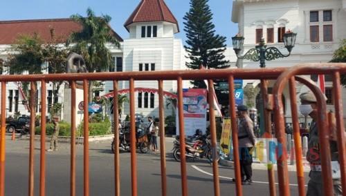 Petugas Satpol PP dan polisi menjaga di Zona 5 Kawasan Malioboro, Kamis (20/8/2020)