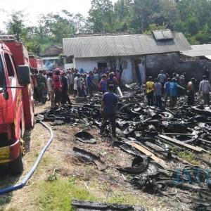Rumah Juragan Penggilingan Tebu Terbakar, Butuh 4 Unit Mobil Pemadam untuk Jinakkan Api