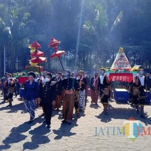 Pimpin Larung Sesaji di Pantai Serang, Bupati Blitar: Warisan Leluhur Harus Dilestarikan
