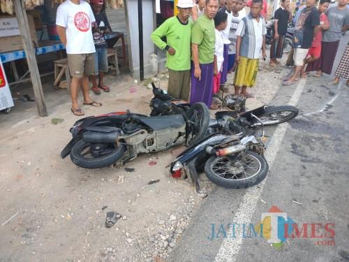 Kedua kendaraan motor yang terlibat laka maut saat dievakuasi warga. (Foto: Humas Polres Sumenep for JatimTIMES)