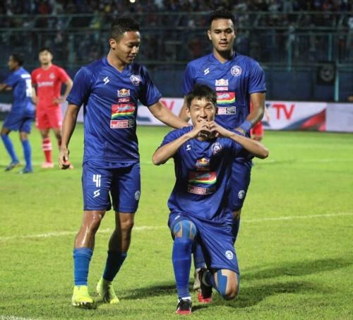 Oh In-Kyun (bawah), Dendi Santoso dan M. Rafli saat merayakan gol (official Arema FC)