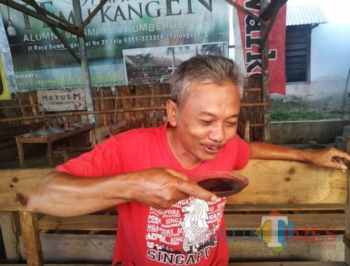 Rio Saputra, mak comblang atau jasa dandan yang bertahan di Tulungagung / Foto : Anang Basso / Tulungagung TIMES