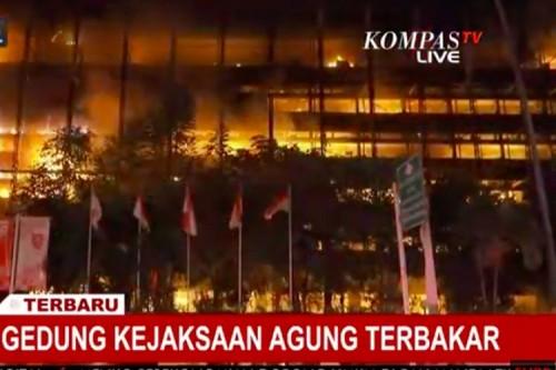 Gedung Kejaksaan Agung terbakar (Foto: Kompas TV)