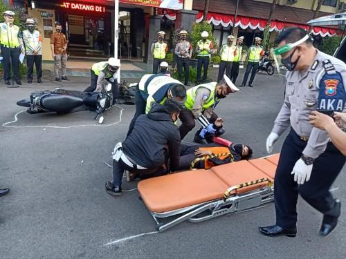 Petugas kepolisian saat berupaya melakukan evakuasi korban kecelakaan bersama tim medis beberapa saat usai kejadian  (Ist)