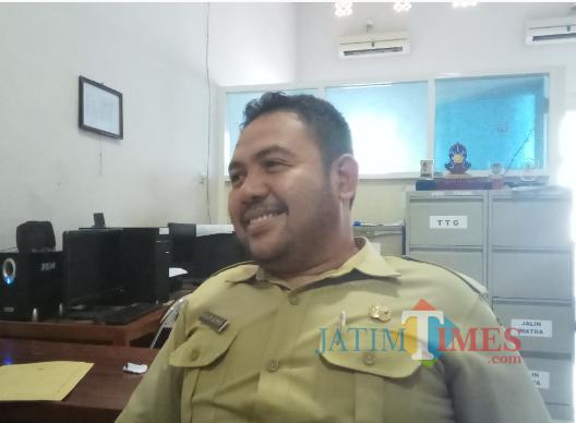 Amir Lutfi, Kabid Pemerintahan Desa DPMD Bangkalan, saat ditemui diruangannya. (foto/redaksi)