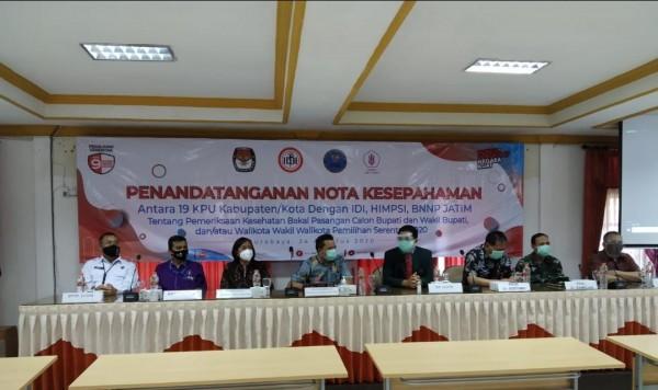 Penandatanganan nota kesepahaman antara KPU, IDI, HIMPSI dan BNN Provinsi Jawa Timur di Surabaya, Senin (24/8/2020). (Foto: Istimewa)