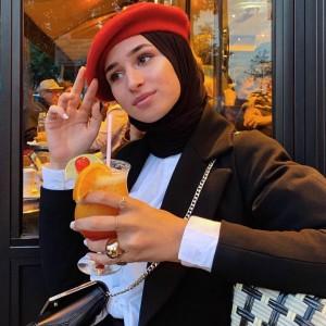 Berhijab dengan Outfit Beret Hat? Intip Gaya Hanan Al Badri Yuk!