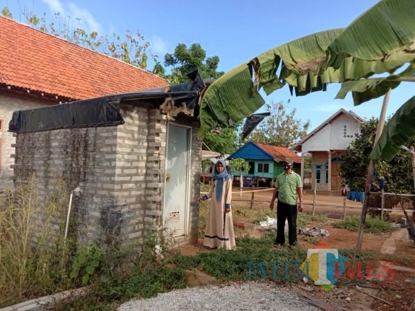 Saksi saat menunjukkan lokasi kamar mandi tempat korban disetubuhi tersangka (Foto: Polsek Sapeken for JatimTIMES)