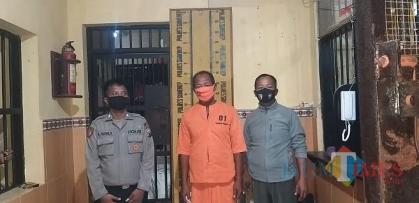 Tersangka pencabulan anak dibawah umur saat diamankan petugas kepolisian (Foto: Humas Polres Sumenep for JatimTIMES)