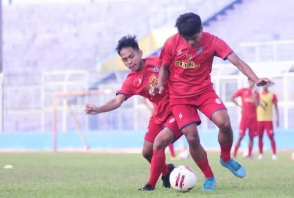 Dua diantara beberapa pemain Akademi Arema yang ikut latihan tim senior (official Arema FC)