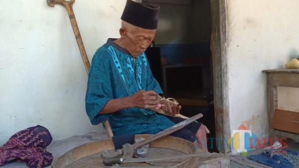 Warisan Leluhur, Tradisi Mencuci Keris di Bulan Suro Masih Bertahan