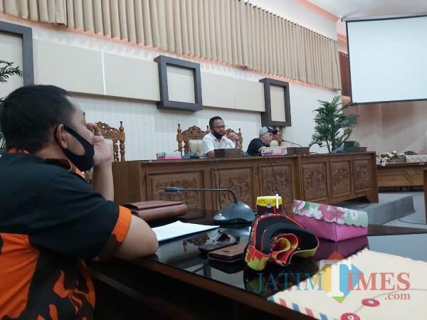 Suasana hearing dugaan kesalahan proses IMB Swalayan MPC Pemuda Pancasila di ruang khusus DPRD Banyuwangi (Nurhadi Banyuwangi Jatim Times)