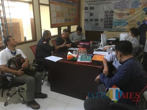 Suasana saat Tim Malang Jejeg melayangkan gugatan atas keputusan KPU di Kantor Bawaslu Kabupaten Malang (Foto : Ashaq Lupito / MalangTIMES)
