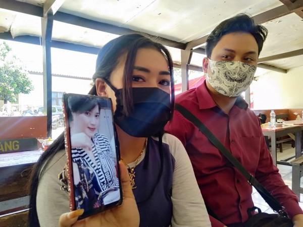 Biduan dangdut asal Singosari Dewi Kurnia, yang menjadi korban penipuan rekan seprofesinya, saat melapor ke Polres Malang, Rabu (26/8/2020).