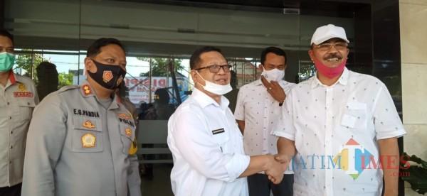 Bupati Tulungagung Maryoto Birowo (depan tengah) bersalaman dengan Suharminto di Mapolres Tulungagung, Rabu (26/8/20)  (foto : Joko Pramono/Jatim Times)