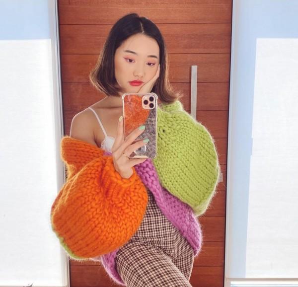 Busana Chunky Knit Cardigan ala Influencer Korea Jenn Im. (Foto: Instagram @imjennim).