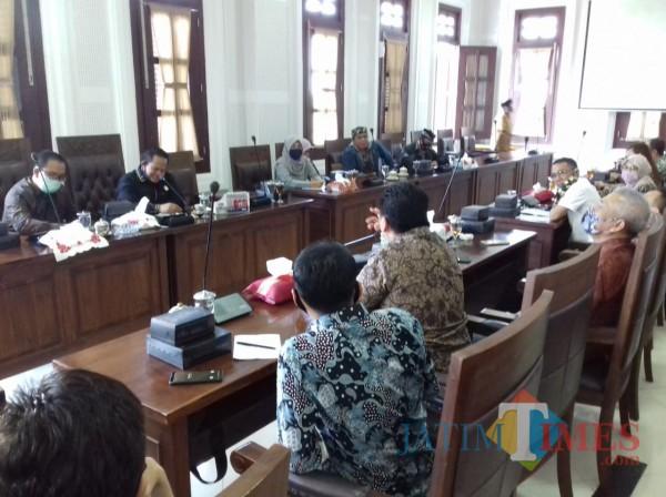 Suasana hearing antara Komisi B DPRD Kota Malang, Bapenda Kota Malang, dan Pelaku Usaha di Kota Malang, Rabu (25/8). (Arifina Cahyanti Firdausi/MalangTIMES).