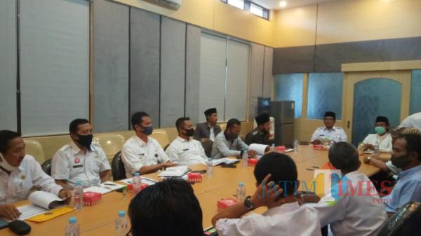 Proses pengkajian Syaichona Moh. Cholil sebagai pahlawan nasional di ruang rapat wakil bupati Bangkalan. (foto/istimewa)