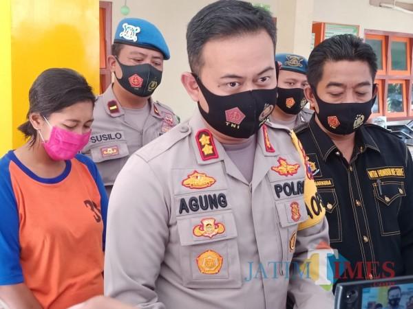 Kapolres Jombang AKBP Agung Setyo Nugroho saat diwawancarai pada pers rilis di Mapolres Jombang. (Foto : Adi Rosul / JombangTIMES)