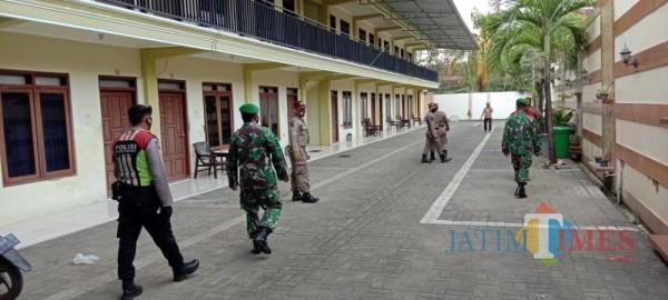 Tim Gabungan dari Satpol PP bersama TNI dan Polri saat sisir hotel di Sumenep (Foto: Syaiful Ramadhani/JatimTIMES)