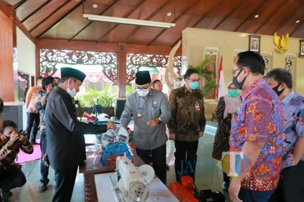 Bupati Pamekasan Badrut Tamam saat memeriksa bantuan peralatan usaha dari Bank Jatim