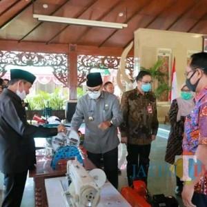 Peserta WUB Terima Bantuan Peralatan Usaha dari Bank Jatim