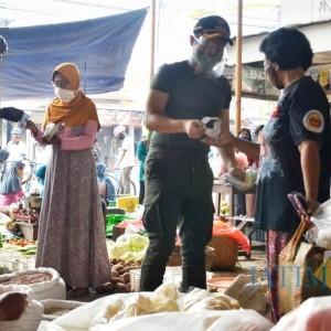 Tak Langsung Dihukum, Bupati Trenggalek Justru Bagikan Masker pada Pelanggar Prokes