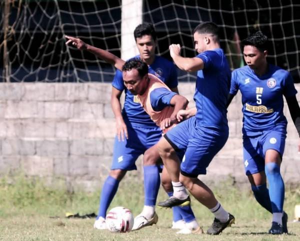 Pemain Arema FC berebut bola dalam sesi latihan (official Arema FC)