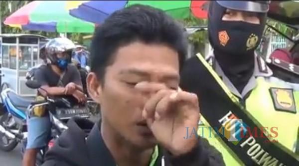 Pengendara di Jember yang tidak mengenakan masker menangis saat disuruh menyanyikan lagu Indonesia Raya (foto : istimewa / Jatim TIMES)