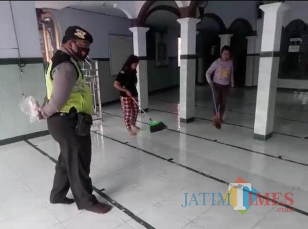 Sanksi bersihkan masjid bagi yang kena razia masker di Gondang Tulungagung / Foto : Dokpol / Tulungagung TIMES