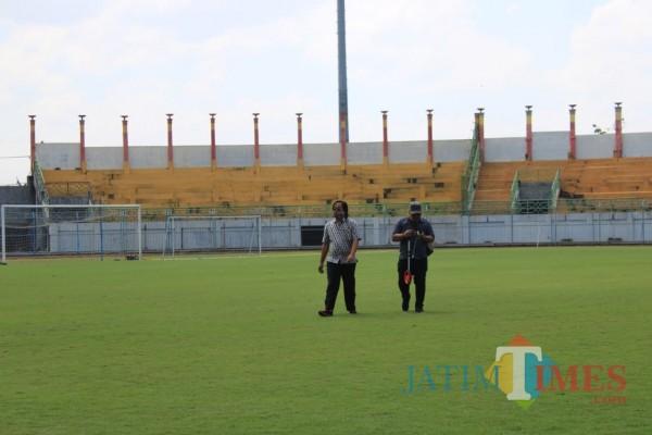 Dua orang sedang menyurvei Stadion Gelora Bangkalan (SGB). (foto/redaksi bangkalantimes.com)