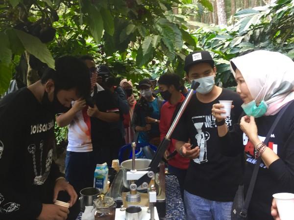 Wali Kota Batu Dewanti Rumpoko saat menikmati kopi Songgoriti di Sabtu (29/8/2020). (Foto: Irsya Richa/MalangTIMES)