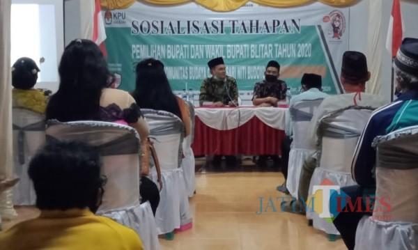KPU Kabupaten Blitar memberikan sosialisasi tahapan pilbup Blitar kepada kalangan seniman di Kecamatan Binangun