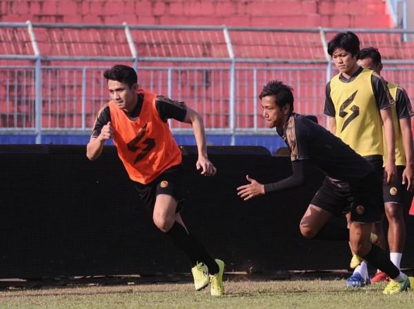 Syaiful Indra (kanan) saat beradu lari dengan Dave Mustaine (official Arema FC)