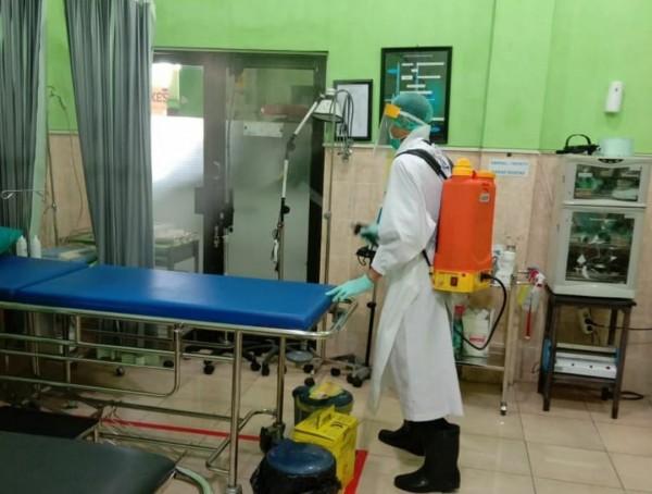 Suasana saat salah satu puskesmas dilakukan penyemprotan sterilisasi. (Foto: instagram @puskesmasdinoyo).
