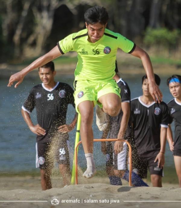 Pemain Arema FC saat menjalani latihan fisik di pantai musim lalu (official Arema FC)